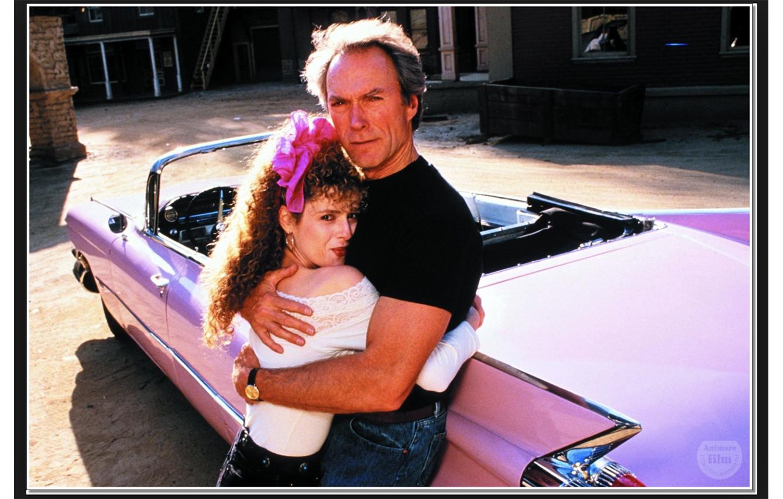 Un tipo duro en un coche rosa