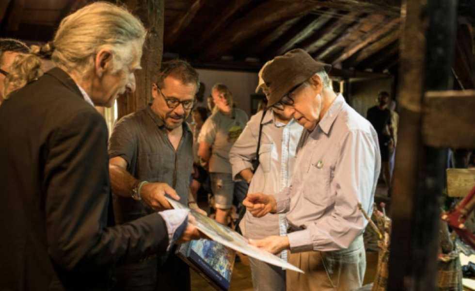 Woody Allen y el taller del pintor Juan Luis GoenagaSubtítulo